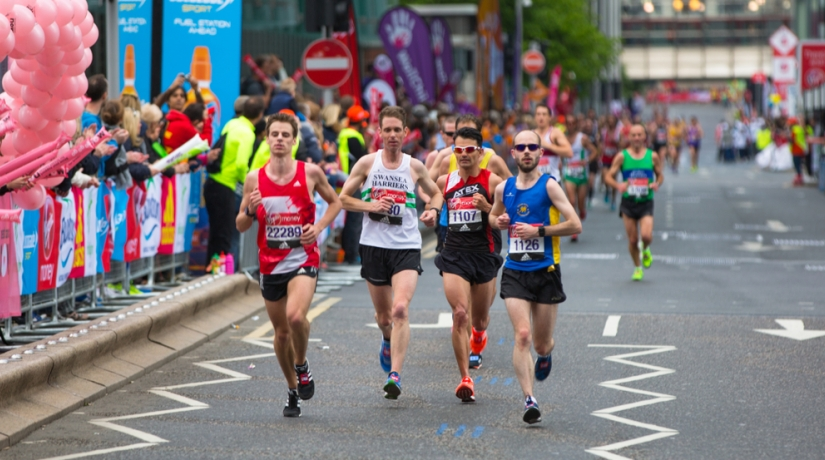 Thumbnail for Marathon runner stops to help runner 200m before finish line